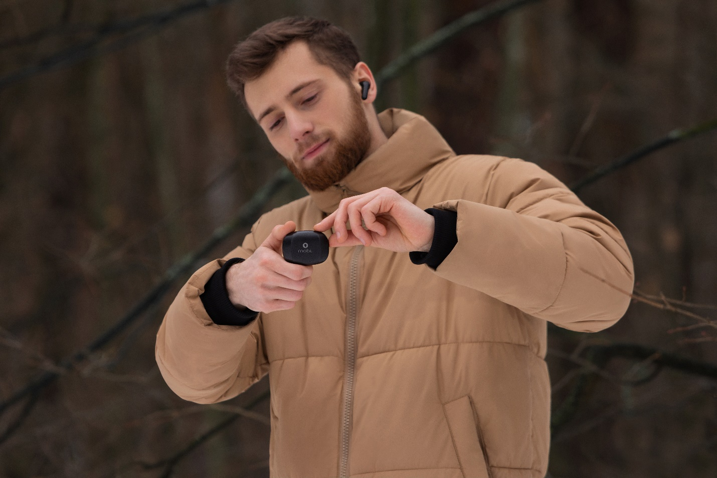 A person holding a camera  Description automatically generated with medium confidence
