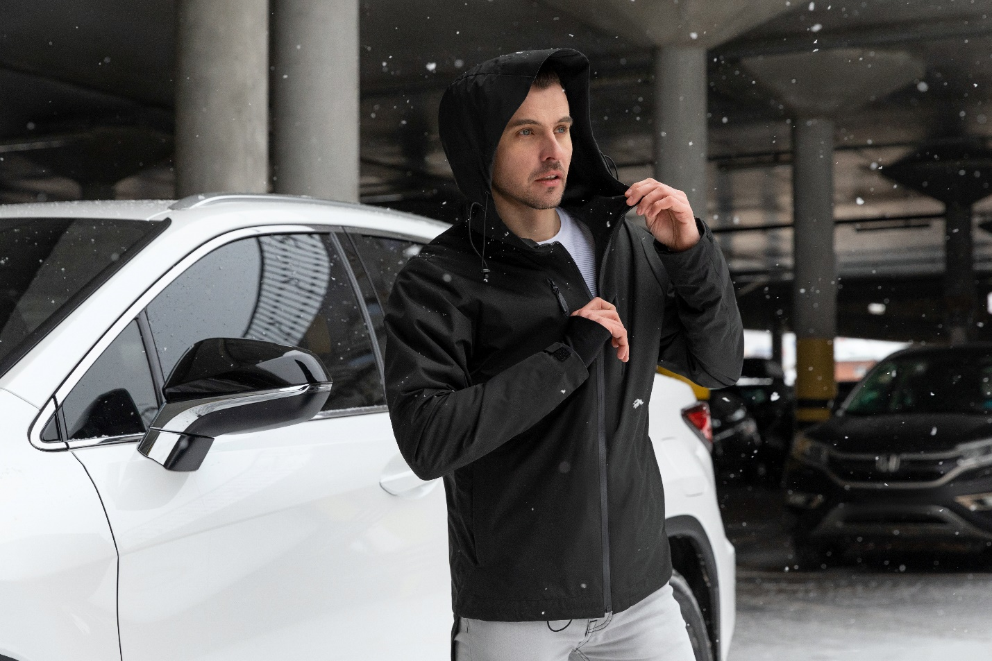 A person standing next to a car  Description automatically generated with medium confidence